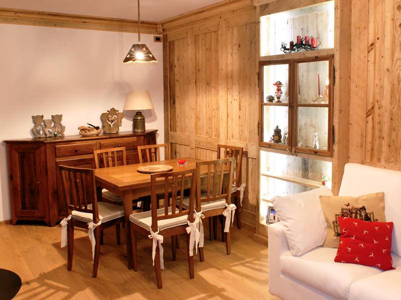 Boiserì in legno antico. Tavolo, sedie e credenza in noce